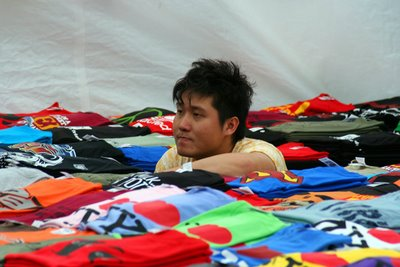 street-tshirt-seller